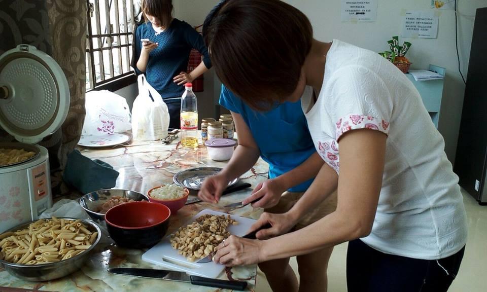 大宝森节假期_摄理姐妹准备食物