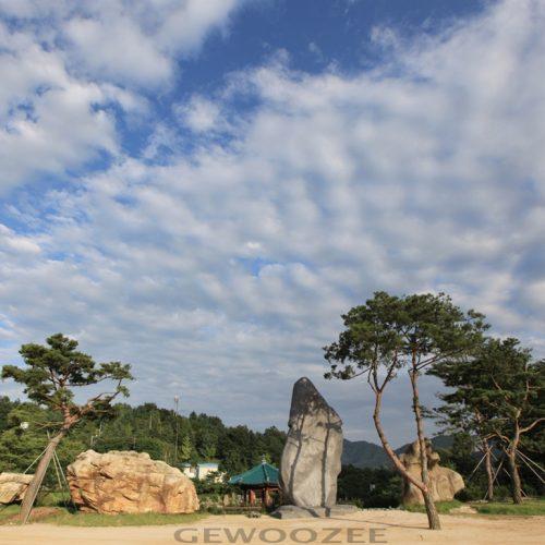 观望月明洞运动场东边之处并列的5个巨石
