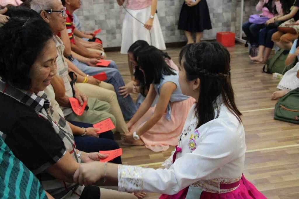 摄理教会双亲节之孝顺子女帮父母按摩