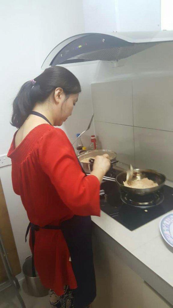 攝理韩式料理烹饪班之教友在厨房烹煮食物