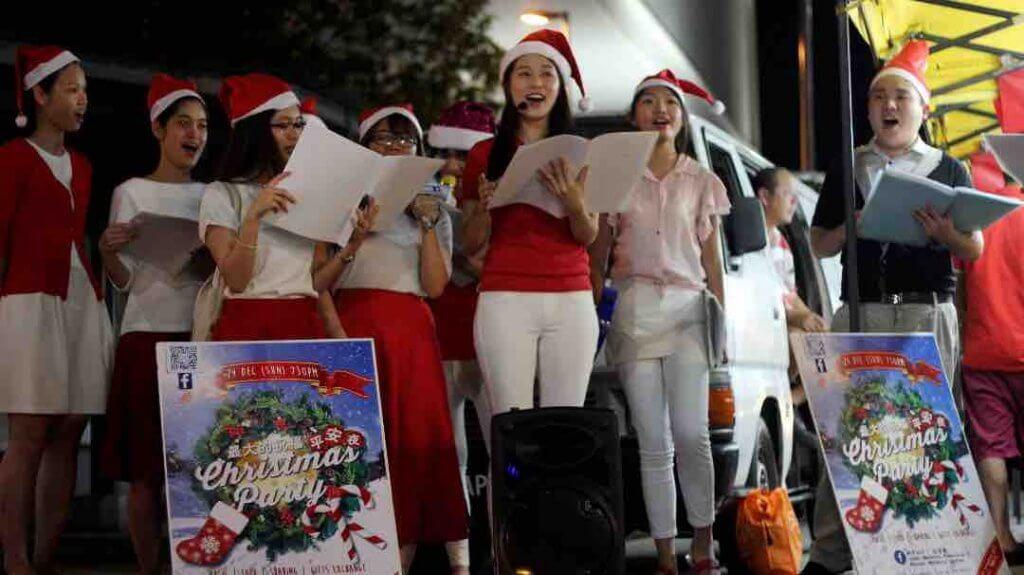 摄理教会圣诞节报佳音_夜市高唱圣诞歌曲