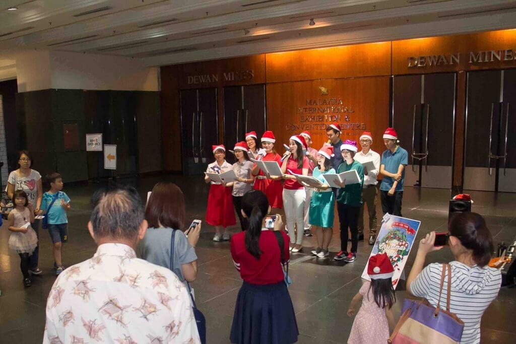 摄理教会圣诞节报佳音_喜悦的歌声传遍商场