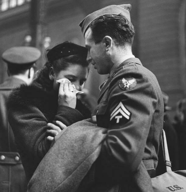 男友即将奔赴前线,纽约市的一名女孩落泪告别
