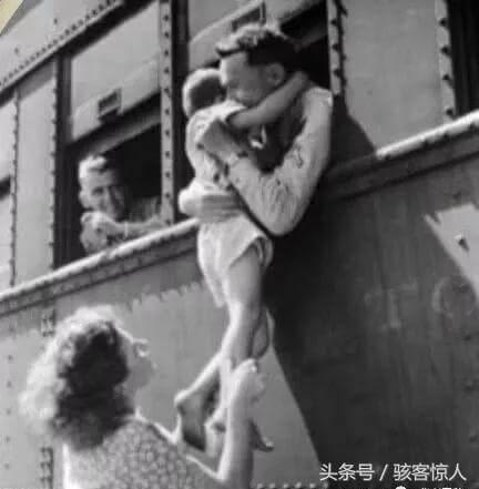 一名士兵的妻子抱起儿子告别